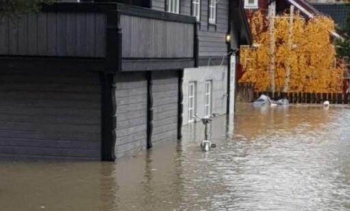 VANN: Søndag stod vannet til langt oppå veggen. Foto: Pia ForbergFoto: Pia Forberg
