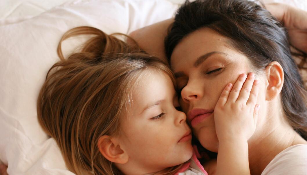 Slik får du barna til å sove lengre om morgenen