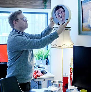 Fagredaktør Jørgen Jacobsen, som her dekorerer kode24-kontoret, tror jQuery har blitt tabu i 2018. 📸: Ole Petter Baugerød Stokke