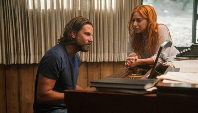 VISER TALENT: Det er ingen tvil om at artisten Lady Gaga har lykkes i målet om å gjøre skuespiller Bradley Cooper til en habil musiker. Dette er fra filmen. FOTO: NTB Scanpix