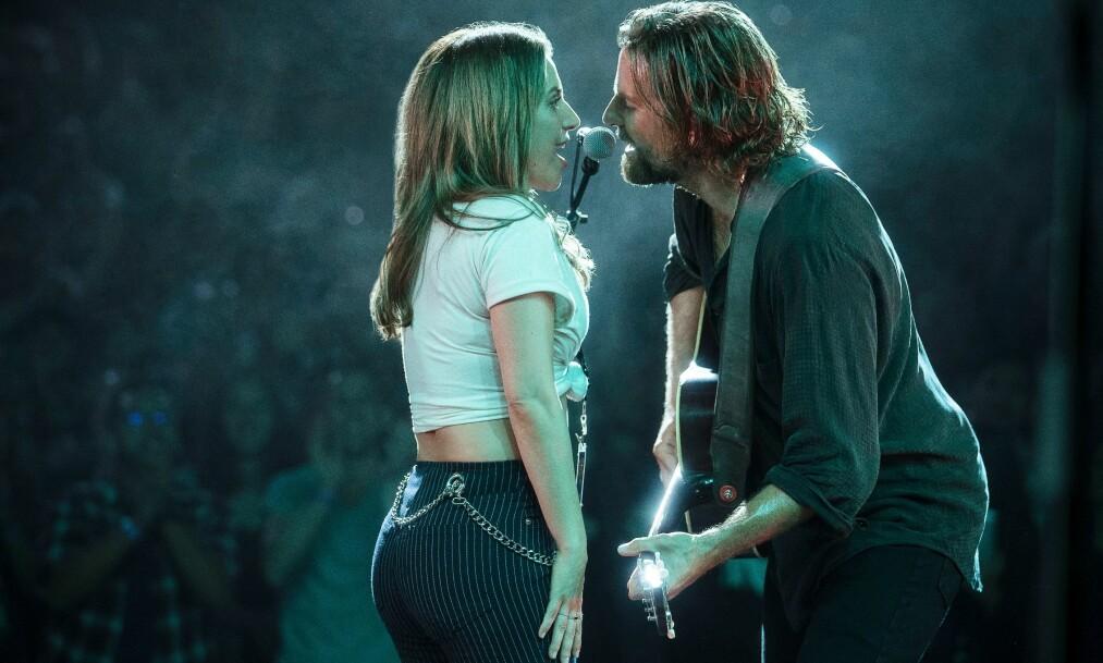 UNIK MUSIKALSK KJEMI: Artisten Lady Gaga og skuespiller Bradley Cooper spiller kjæresteparet Jackson og Ally i filmen «A Star Is Born». I tillegg til å spille hovedrollen gjør også Bradley Coop regidebut. FOTO: NTB Scanpix