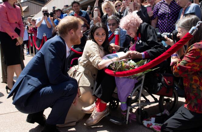 STORT MØTE: Hertuginne Meghan møter prins Harrys aller største fan, Daphne Dunne, for aller første gang. Foto: NTB Scanpix