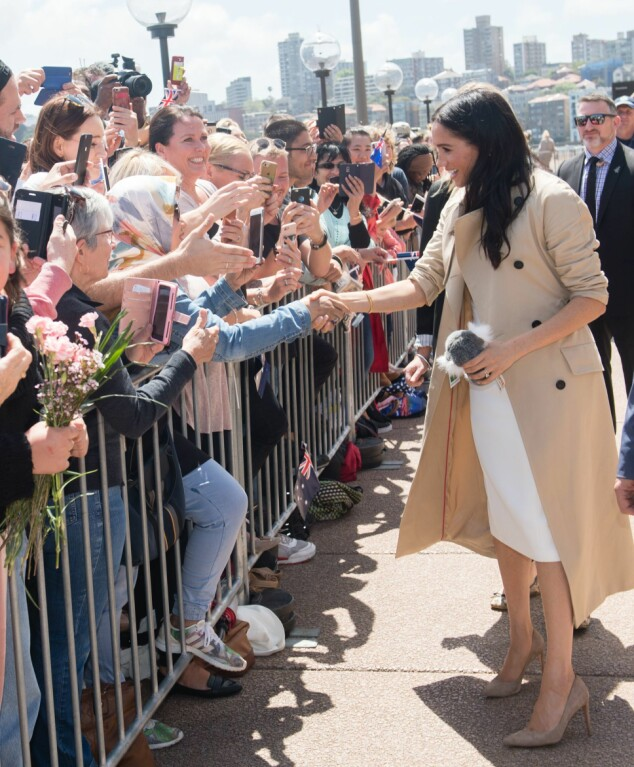 VARM HILSEN: Hertuginne Meghan hilser på alle de oppmøtte i Sydney da hun og ektemannen prins Harry ankom byen. Foto: NTB Scanpix