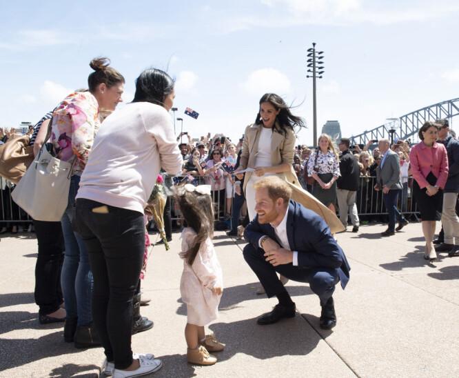 FLERE HYGGELIGE MØTER: Prins Harry og hertuginne Meghan fikk flere hyggelige møter langs gatene i Sydney. Foto: NTB Scanpix