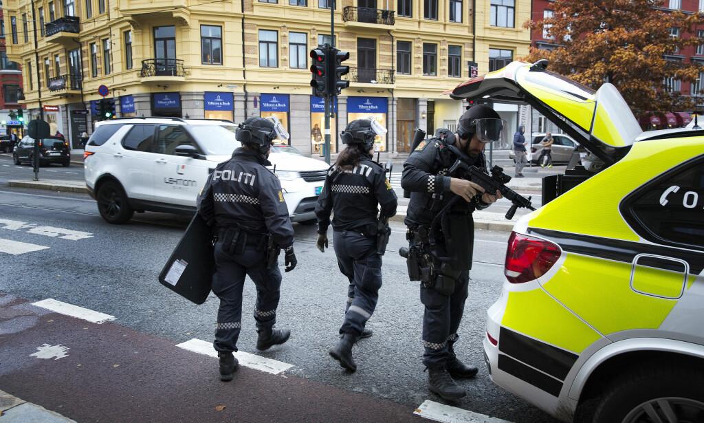 DRAPSETTERFORSKNING: Politiet rykket mandag ut til Majorstua med flere patruljer etter melding om at en person var knivstukket. Mandag kveld slo politiet fast at det dreier seg om et drap. Foto: Henning Lillegård / Dagbladet