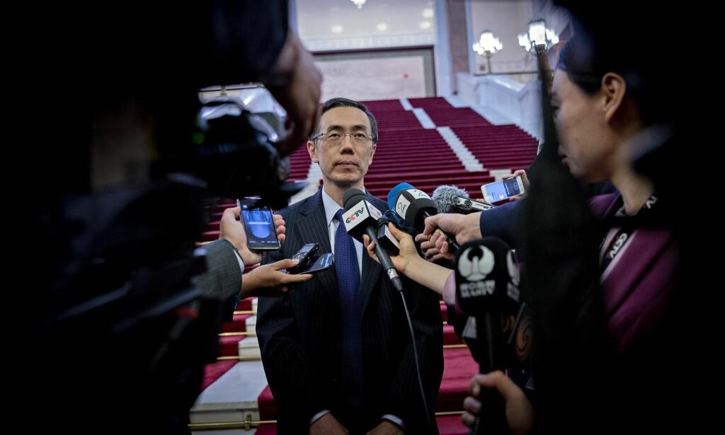 OPPGITT: Liu Weimin fra kinesisk UD mente norske journalister var for opptatt av menneskerettigheter i sine spørsmål i Folkets store hall, etter det norske statsbesøkets politiske møter. Foto: Bjørn Langsem
