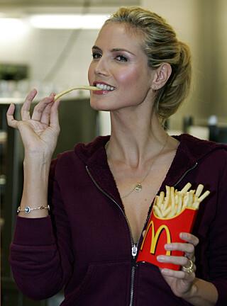 KAN BLI KORTERE: Lange pommes frites, slik dem Heidi Klum spiser her, kan bli mangelvare flere steder i Europa. Illustrasjonsfoto: AP Photo / NTB Scanpix