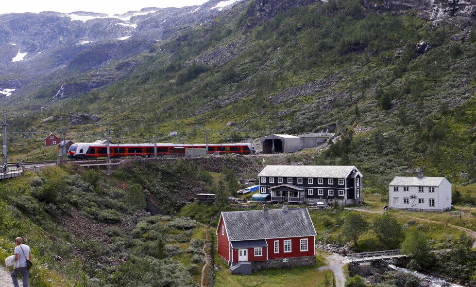 SKJEBNETID: NSB og den norske jernbanens skjebne hviler nå i hendene på KrF. Her er bergenstoget på vei ut fra Myrdal stasjon. Foto: Marianne Løvland / NTB scanpix