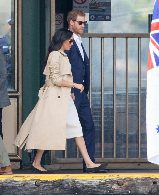 OVERRASKENDE: Midt på dagen valgte hertuginne Meghan å bytte til et par flate sko, laget av resirkulerte plastflasker. Foto: NTB scanpix