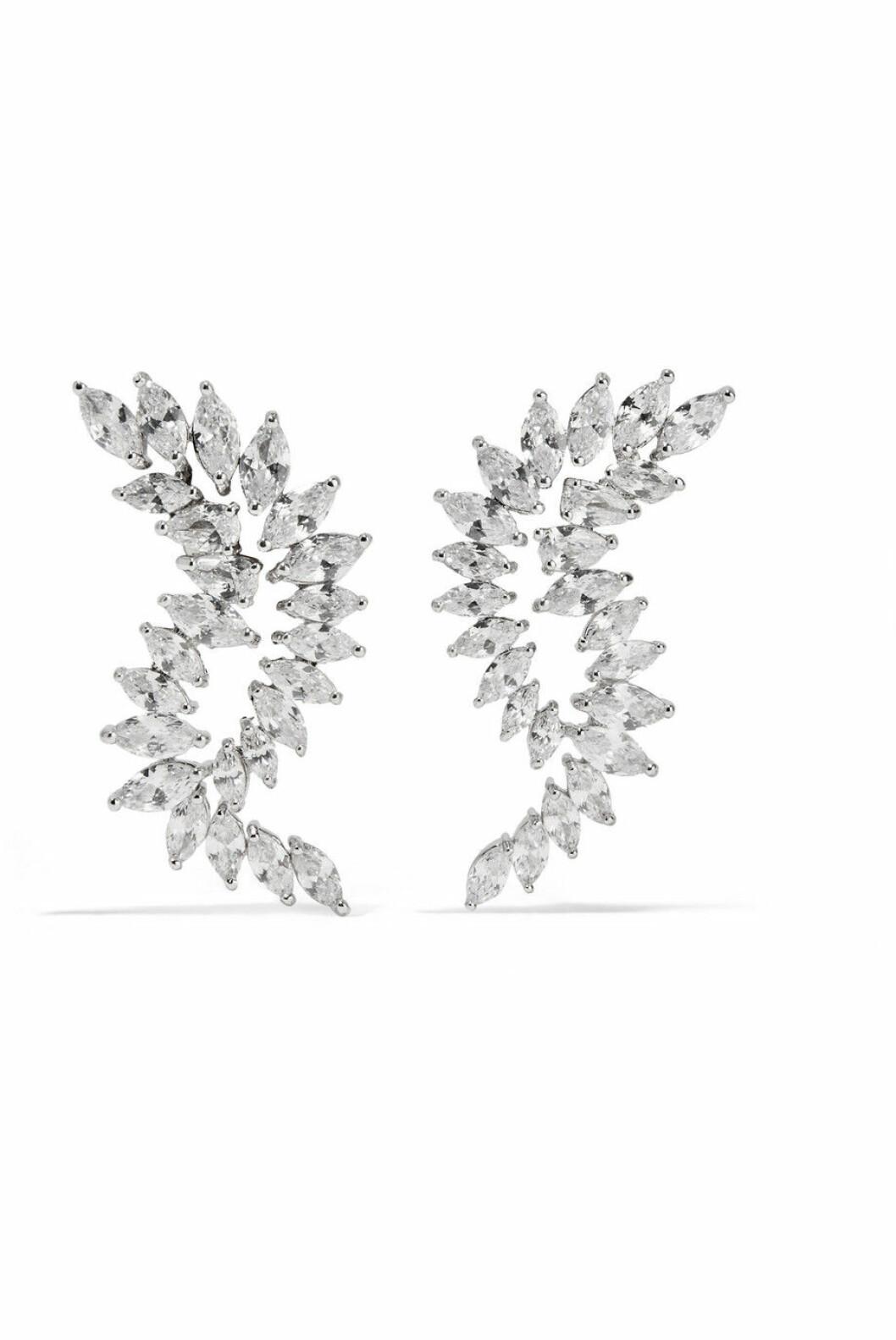 <strong>Øredobber fra Kenneth Jay Lane |885,-| https:</strong>//www.net-a-porter.com/no/en/product/1064594/kenneth_jay_lane/rhodium-plated-cubic-zirconia-earrings