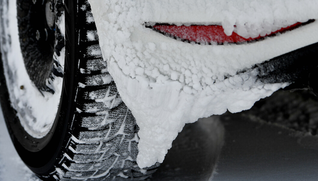 <strong>GODT GREP:</strong> Is og snø er det vanskeligste du kan kjøre på. Kjøp heller nye dekk nå enn å satse på en vinter til med gamle, slitte. Foto: Lasse Allard