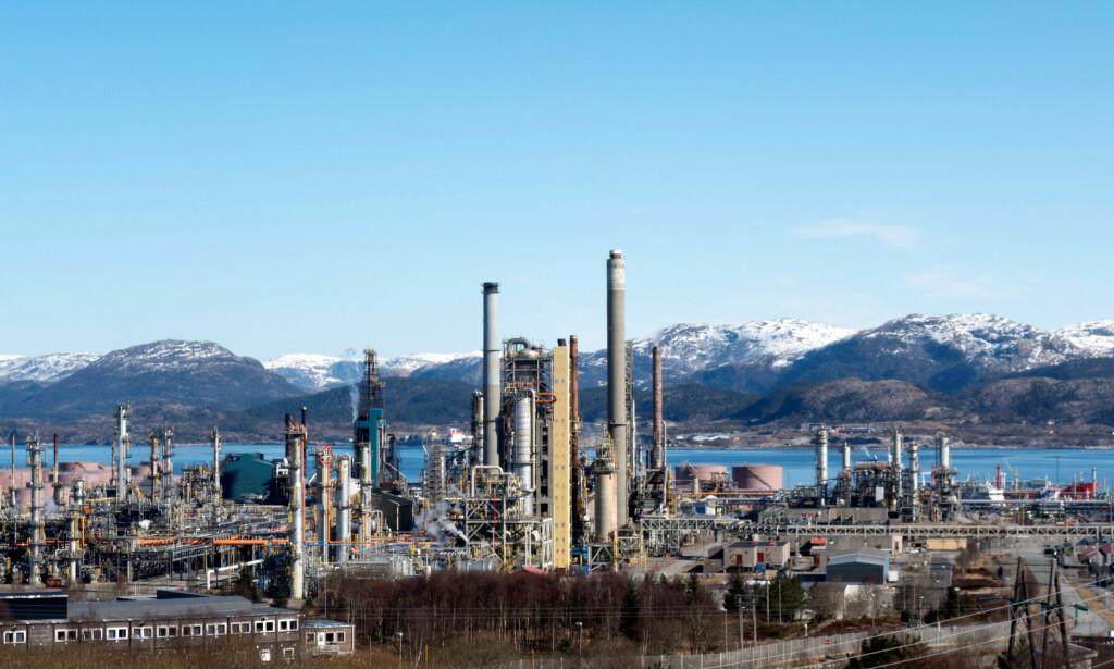 NEDTELLINGEN: FNs klimapanel har gitt verden 12 år på så godt som halvere utslippene av CO2. Bildet viser oljeraffineriet på Mongstad, som sammen med gasskraftverket samme sted er Norges største utslippskilde. Foto: Gwladys Fouche / File Photo / NTB Scanpix