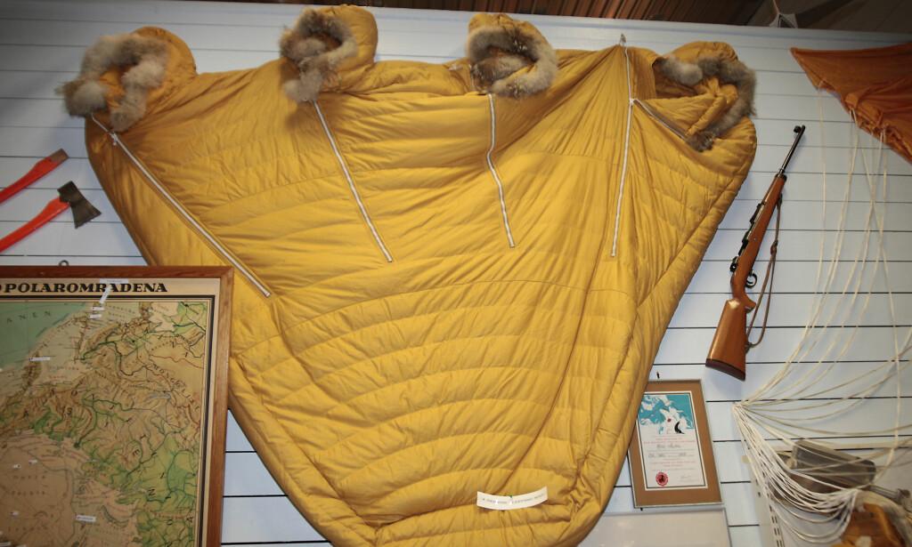 POL-UTRUSTNING: Slike soveposer fulgte med alle SAS-flygingene over Nordpolen på 50-tallet. I flere år var selskapet det eneste som fløy denne ruta kommersielt. Med på turene var også isbjørn-rifle og fiskeutstyr i tilfelle nødlanding på polisen. Det ble aldri bruk for utstyret. Foto: Tormod Brenna