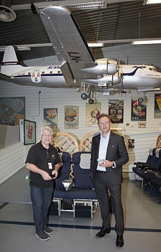 FLYHISTORIE: Guide Thore Erik Winderen og SAS' nye finansdirektør Torbjørn Wist ved en av de utallige modellene av fordums SAS-maskiner. Foto: Tormod Brenna
