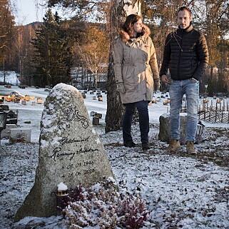 SELVVALGT STEIN: Oddmund Rønningsbakken døde i juni 2014. Her er barna Helen (43) og Kristen (42) ved farens grav på Vallset kirkegård. Gravsteinen valgte faren ut selv i skogen. Foto: Lars Eivind Bones / Dagbladet