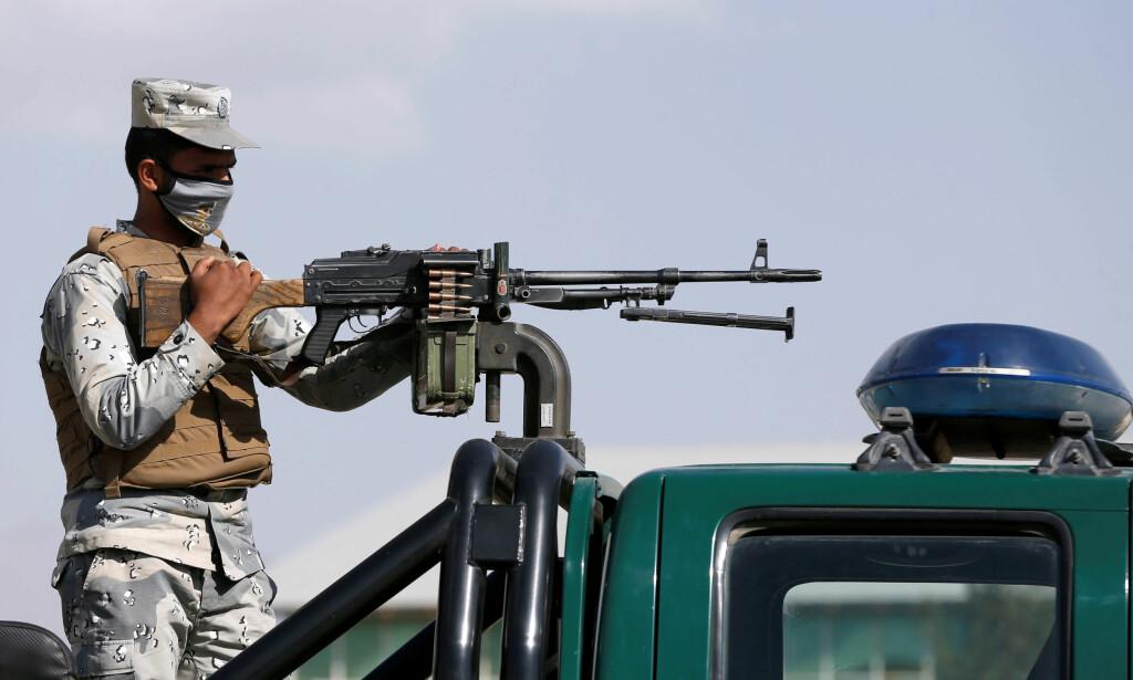 VENTER TRØBBEL: En afghansk politimann vokter et valglokale i Kabul. Foto: Reuters / NTB Scanpix