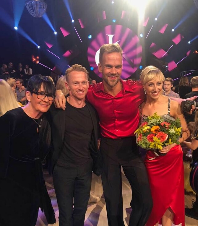 MÅTTE HJEM: Morten Hegseth fikk sin siste dans i kveld. Her poserer han med moren, ektemannen og dansepartneren etter exiten. Foto: Ruben Pedersen