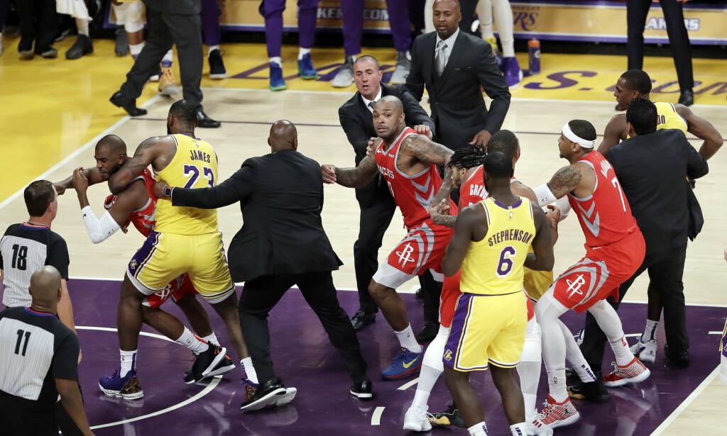 GIKK MELLOM: Lebron James drar unna sin gode venn Chris Pauln etter at han havnet i basketak med Lakers' Rajon Rondo (lengst til høre) og Brandon Ingram (delvis skjult). Foto: NTB scanpix