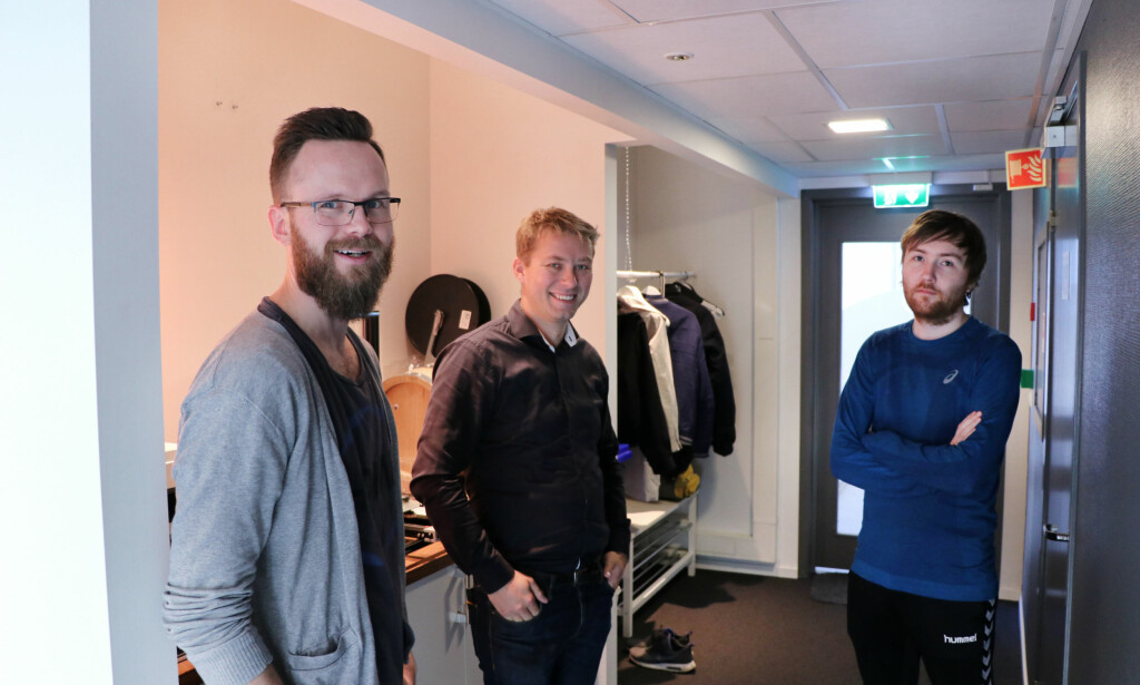 Alfred Bratterud til venstre startet IncludeOS. Kristian Jerpetjøn i midten er nyansatt senior-utvikler, mens Alf-Andre Walla til høyre har bidratt på IncludeOS siden starten på Høyskolen i Oslo og Akershus. 📸: Jørgen Jacobsen