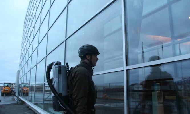 MISSION IMPOSSIBLE?: Ved hjelp av to sugekopper og to støvsugere skulle Andreas Wahl klatre opp en 40 meter høy glassvegg i en episode av «Med livet som innsats». Foto: NRK