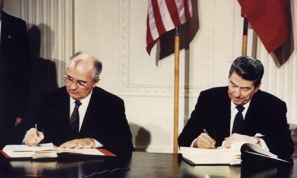 HISTORISK MØTE: USAs president Ronald Reagan og Sovjetunionens statsleder Mikhail Gorbatsjov møttes i Det hvite hus 8. desember 1987 for å undertegne den historiske INF-avtalen. Foto: Dennis Paquin / Reuters / NTB Scanpix
