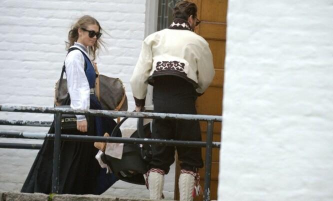KLAR TIL Å DØPES: Tone og Markus tok med datteren Billie inn en sidegang da de ankom Ullern kirke i oktober 2014. Foto: Geir Skog