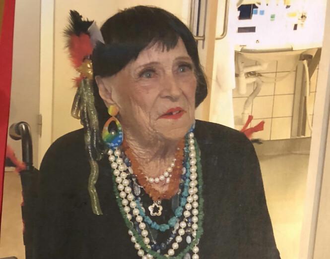 RIKKE (95): Denne høsten ble det avholdt en stor fest for Rikke i forbindelse med 95-årsdagen hennes, og jubilanten tok den helt ut på dagen - også i bekledningen! FOTO: Privat