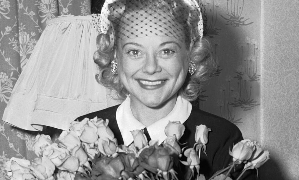 IS-DRONNING: Her smiler kunstløper Sonja Henie før sitt store isshow i Oslo i august 1953. For første gang etter krigen skulle Sonja Henie opptre for et norsk publikum. Foto: Høel / NTB / Scanpix
