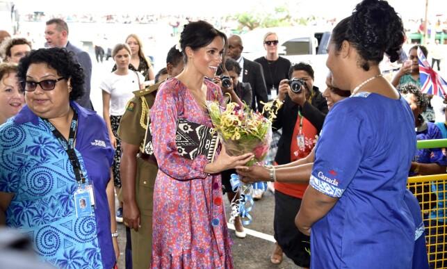 FOLKELIG: Hertuginne Meghan avbildet under den korte visitten på markedet i hovedstaden Stava. Foto: NTB scanpix