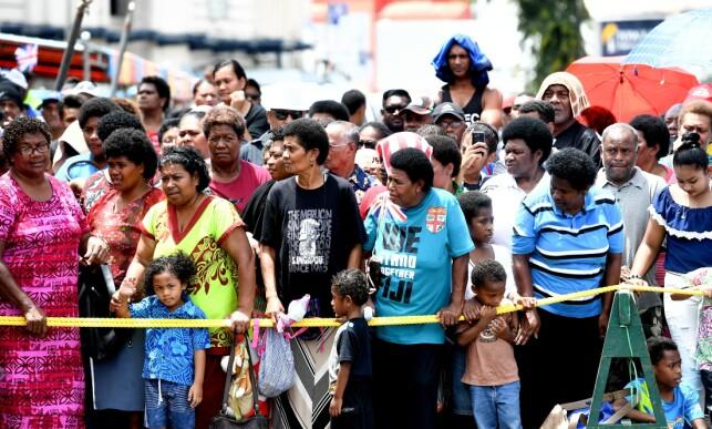 STOR FOLKEMENGDE: Flere av lokalbefolkningen dukket opp for å få et glimt av hertuginnen. Foto: NTB scanpix