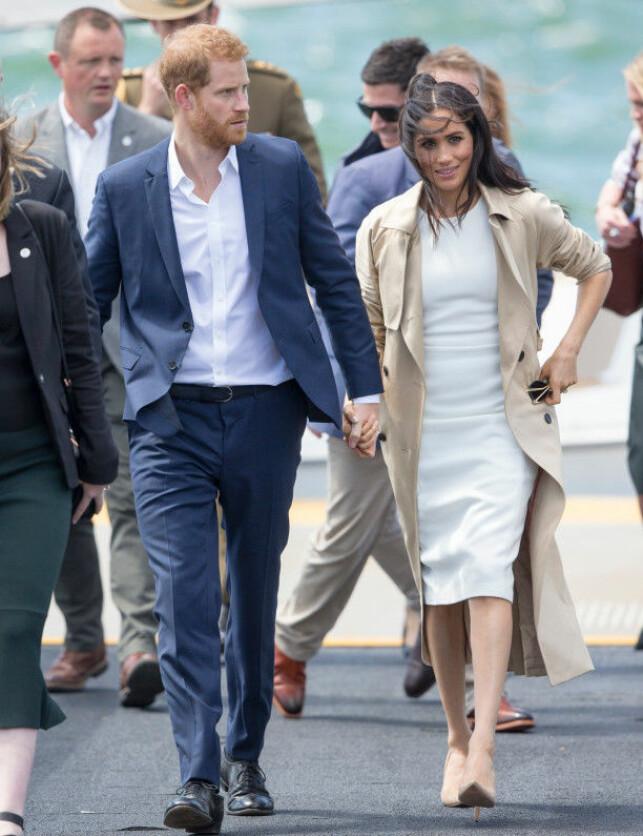 ANKOM MED BÅT: Prins Harry og hertuginne Meghan ankom Sydney med båt, og allerede på kaia var det et folkehav av oppmøtte. Foto: NTB Scanpix