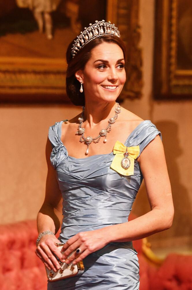 STRÅLTE: Hertuginne Kate ankom gårsdagens storslåtte middag iført en blå ballkjole fra den velkjente designeren Alexander Mc Queen. Foto: NTB scanpix