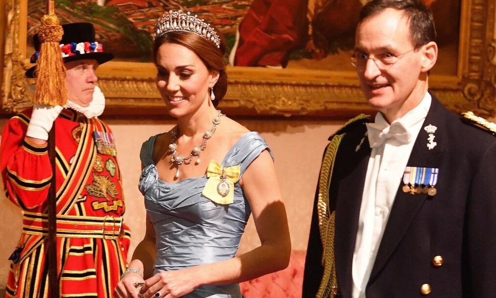 NY STIL: Hertuginne Kate deltok under tirsdagens bankettmiddag i Buckingham Palace, og kjolevalget har fått stor oppmerksomhet. Foto: NTB scanpix
