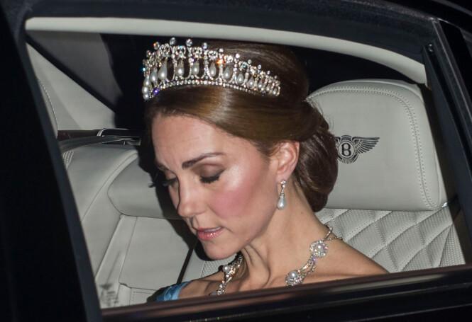 SMYKKET SEG: Kate hadde på seg flere kongelige eiendeler, blant annet prinsesse Dianas tiara og prinsesse Alexandra sitt bryllupskjede. Foto: NTB scanpix