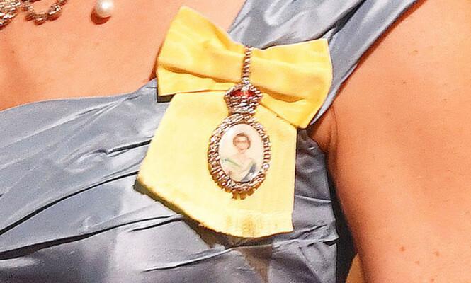 PERSONLIG GAVE: Brosjen laget i glass med et bilde av dronning Elizabeth ble gitt til hertuginnen som en personlig gave fra hennes majestet. Foto: NTB scanpix
