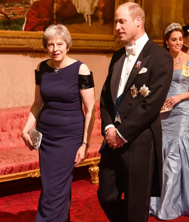 BANKETT: Prins William deltok på den storslåtte middagen, her avbildet sammen med statsminister Theresa May. Foto: NTB scanpix