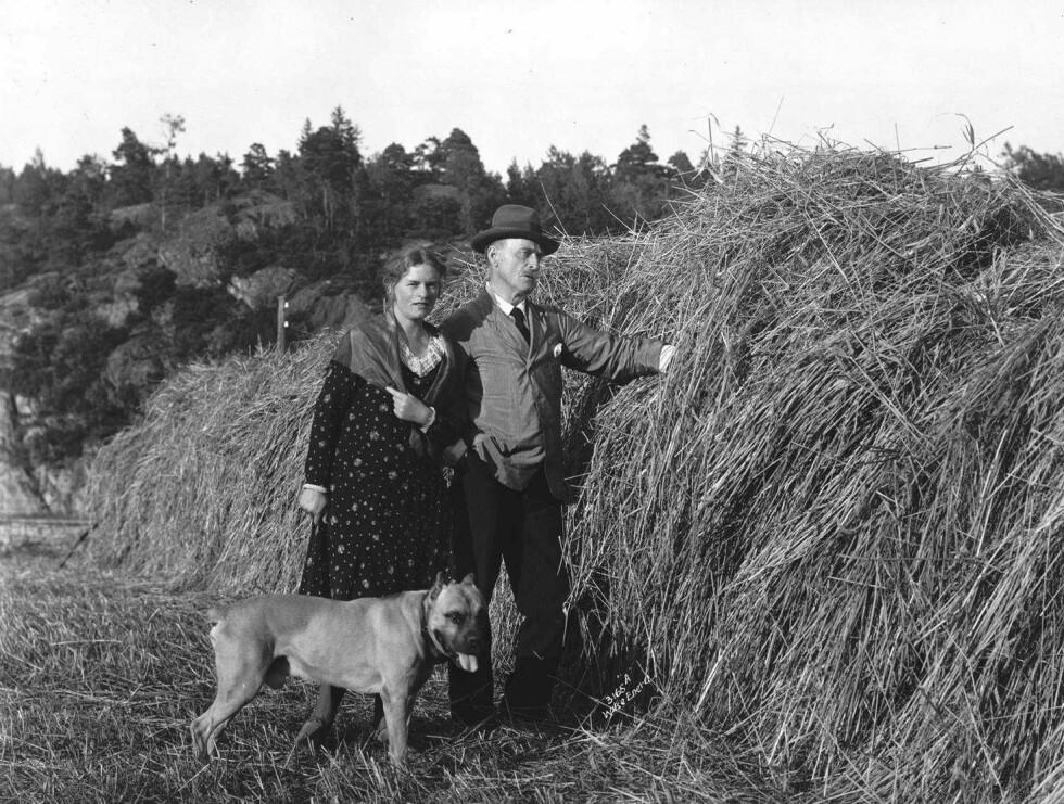 PÅ NØRHOLM: Dette fotografiet valgte Marie Hamsun til omslaget på sin erindringsbok «Regnbuen». Hun var ellers kjent for sine bestselgende barnebøker, som hun skrev på 1920- og 1930-tallet. Foto fra boka: Anders Beer Wilse, Norsk Folkemuseum.