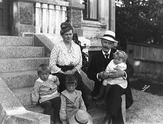 FAMILIEN: Marie og Knut Hamsun fikk to sønner og to døtre. Her er de med tre av ungene. En av de få tingene Marie angret på i livet, var at hun ikke tok bedre vare på barna sine. Foto fra boka: Anders Beer Wilse, Norsk Folkemuseum.
