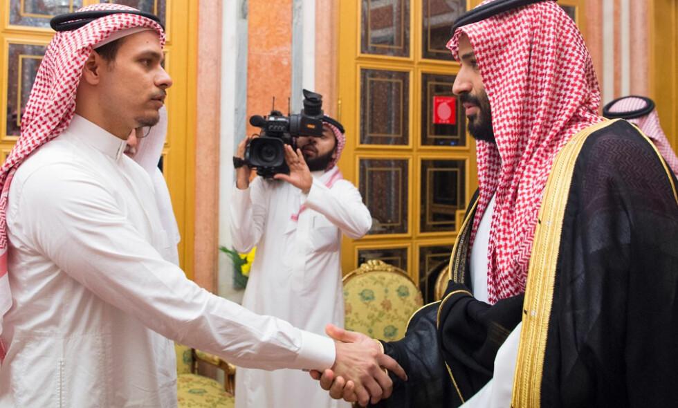 MØTE MED FAMILIEN: Tirsdag hilste Saudi-Arabias kronprins, Mohammed bin Salman på Jamal Khashoggis sønn. Nå krever verden å få vite sannheten om hva som skjedde med den regimekritiske journalisten. Foto: Balkis Press / NTB Scanpix