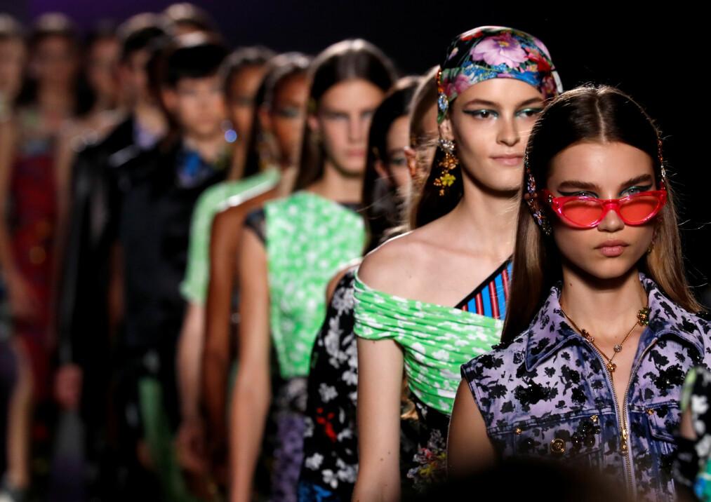 NEI TIL PELS: Versace (bilde fra visningen deres) er blant motehusene som nå tar avstand fra pels. Foto: Scanpix