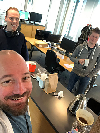 Kaare Nilsen med en aldri så liten kaffeselfie blant kolleger i Klaveness Digital. 📸: Privat