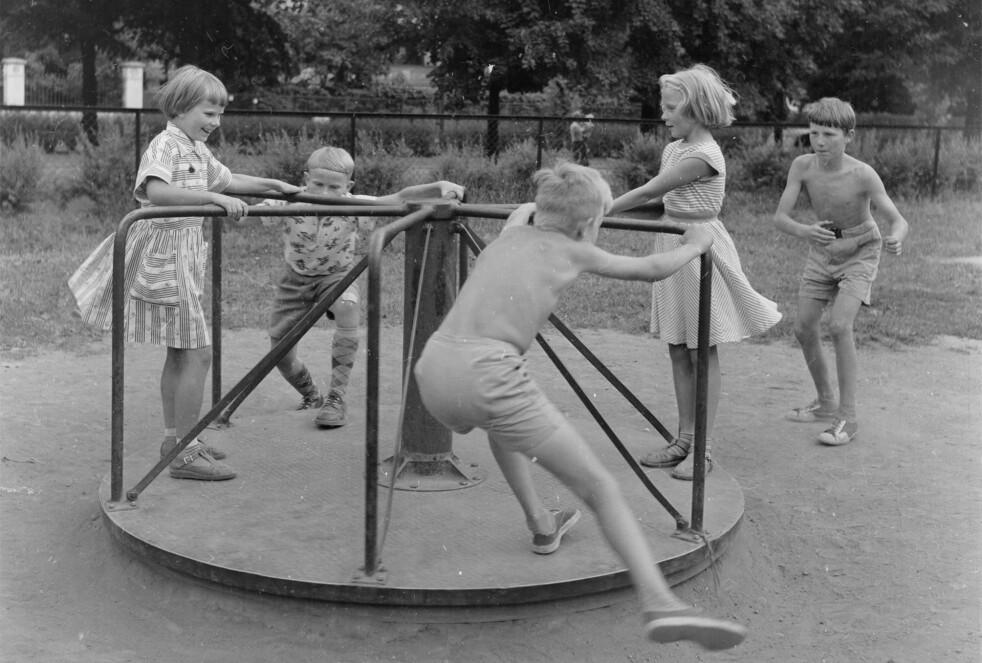 LEK: Barnas lek var stort sett uten oppsyn fra voksne, og ofte utenfor lekeplassen, på 1950- og 1960-tallet. Foto: Digitalarkivet