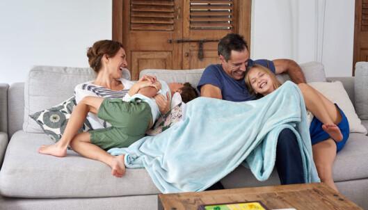 FAMILIETID: Foreldre tilbringer mer tid sammen med barna nå. Foto: Shutterstock