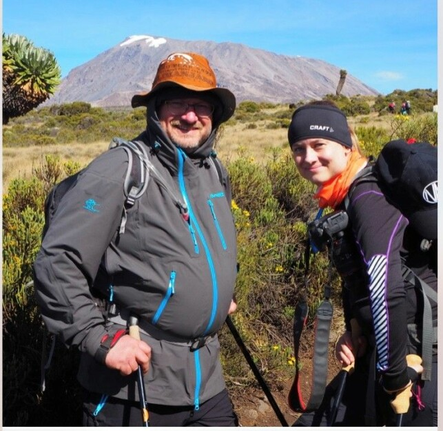 KILIMANJARO: Bent Stiansen og datteren Natascha på vei til toppen av Kilimanjaro. Foto: Privat