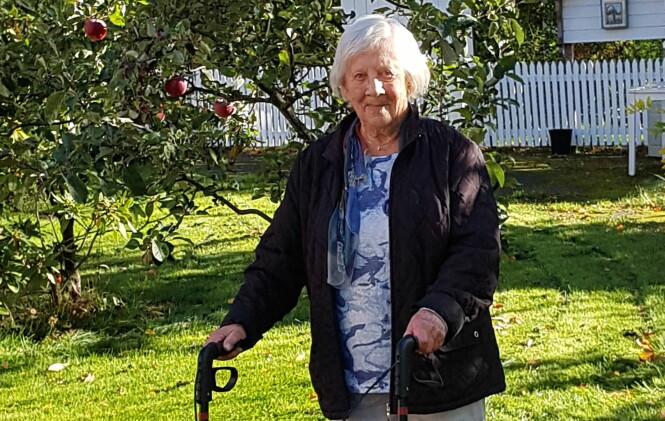 <strong>JUDITH (94):</strong> Selv om Judith for lengst har passert 90 år, er hun fremdeles en svært aktiv dame. Her går hun tur i nærområdet på Bekkelaget. FOTO: Berit Finnset