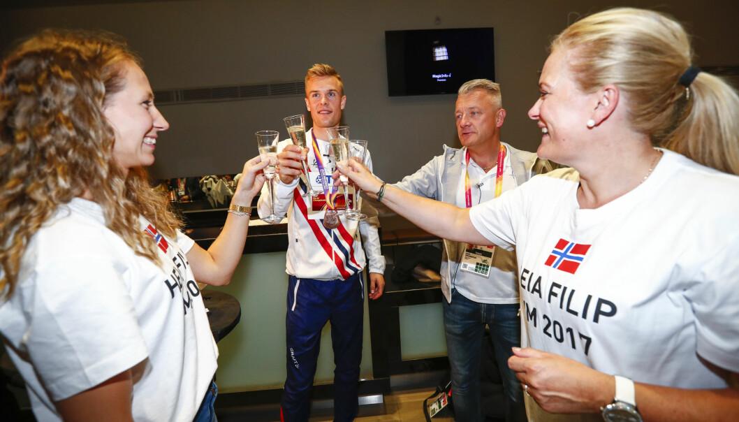 FEIRET MED FAMILIEN: Astrid, Filip, Gjert og Tone Ingebrigtsen skåler etter at Filip tok bronse på 1500 meter under VM i friidrett i London i 2017. Foto: Heiko Junge / NTB scanpix
