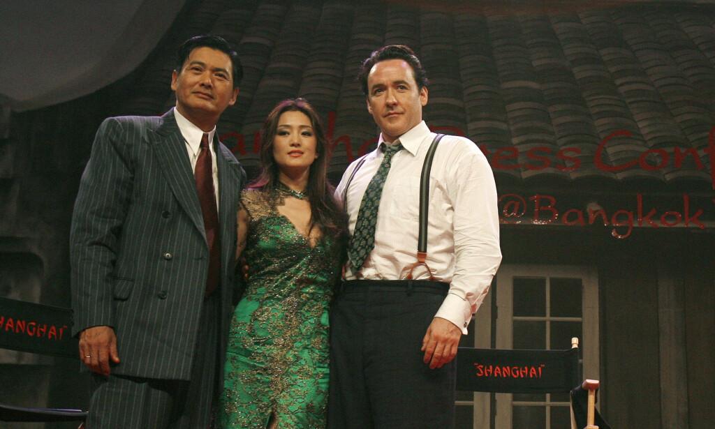 STYRTRIK: Chow Yun-fat (t.v.) er en av Hong Kongs mest berømte skuespillere, og er verdt flere milliarder kroner. Likevel velger han å leve et enkelt liv. Her med skuespillerne Gong Li og John Cusack i Bangkok i 2008. Foto: Reuters/ NTB scanpix