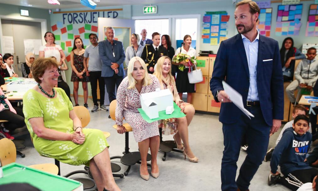 <strong>LEVERER:</strong> Byrådet har i løpet av tre år levert saker med over 200 tiltak for å styrke og utvikle Osloskolen, skriver innsenderne. På bildet besøker kronprinsparet og ordfører Marianne Borgen (t.v.) Linderud skole i Oslo i mai i år. Der fikk de se prosjektet «Forskjeller». Foto: Lise Åserud / NTB Scanpix