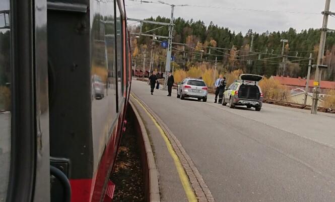 PÅGREPET: Mannen ble fraktet med politibiler fra Hønefoss til arresten i Drammen. Foto: Tipser