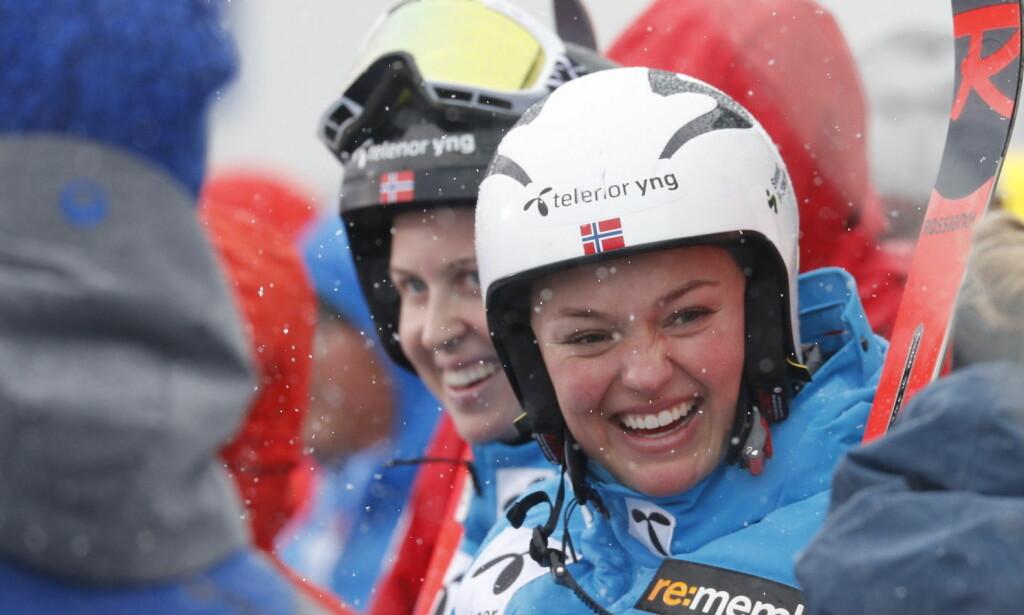 IMPONERTE STORT: Verdenscupdebutant Thea Louise Stjernesund kjørte seg opp 15 plasser. På det meste var det tre norske kvinner på toppen av resultatlista i dag. Da var det ikke rart at de norske jentene smilte. Foto: Bjørn Langsem / Dagbladet